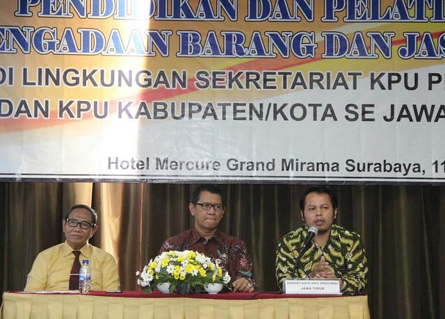 Komisioner KPU Jatim Choirul Anam saat membuka Diklat PJB (11/10)