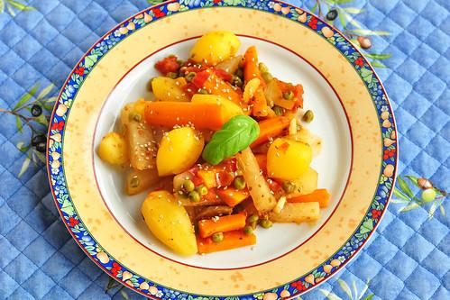 Vegan: Bunter Gemüseeintopf (Karotten, Kohlrabi, Erbsen, Zwiebeln, Knoblauch) mit ganzen Minikartöffelchen, leicht tomatisiert und mit Sesam bestreut. - Foto: Brigitte Stolle 2016