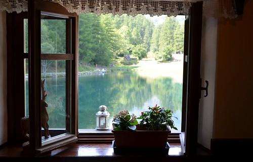 Una finestra sul lago vista meravigliosa dalla finestra - Una finestra sul lago ...
