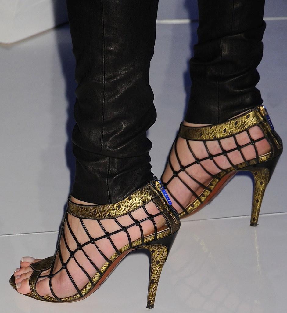 Milla-Jovovich-Feet-31...