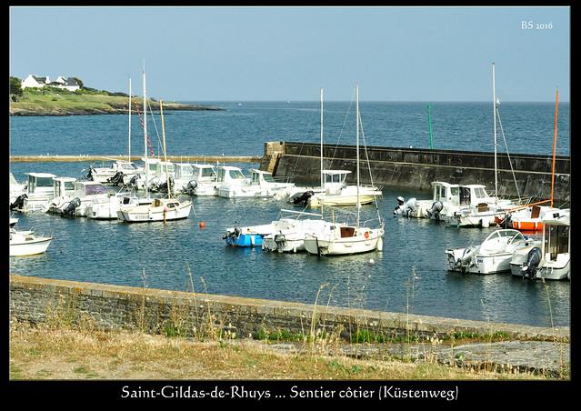 Obwohl wir heute schon genug zu Fuß unterwegs waren, nutzen wir das angenehme Wetter und die schöne Abendsonne zu einem Spaziergang nach Saint-Gildas-de-Rhuys, um dort im Restaurant zu Abend zu essen. Wir nehmen den Küstenweg (Sentier côtier) mit Blick aufs blaue Meer; bei den kleinen Buchten neben den schroffen Felsen sind Menschen am Baden, auf der Hafenmauer dösen die Möwen ... Zum Aperitif trinke ich den ersten Kir breton meines Lebens ... er enthält Cidre und Créme de Cassis (Johannisbeerlikör), danach gibt es Pizza, Salat und ein Glas Rotwein. - Foto: Brigitte Stolle 2016