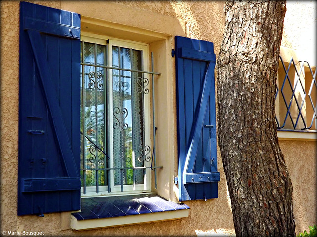 fen tre aux volets bleus et aux barreaux en fer forg flickr photo sharing. Black Bedroom Furniture Sets. Home Design Ideas