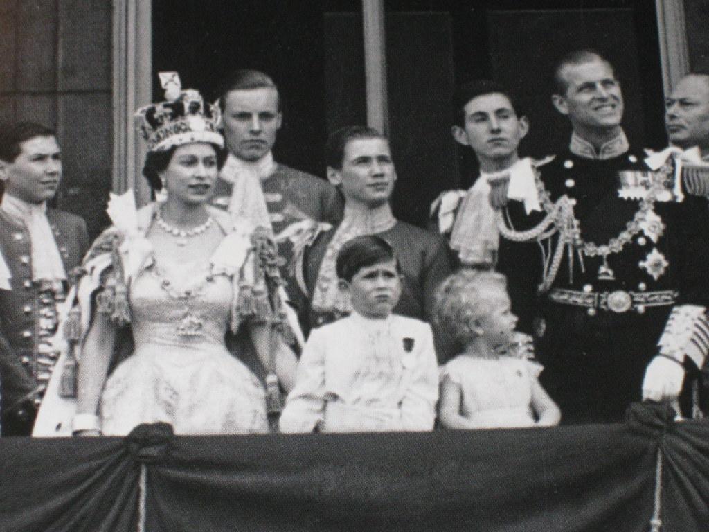 Queen elizabeth ii on the balcony of buckingham palace co for Queen elizabeth balcony