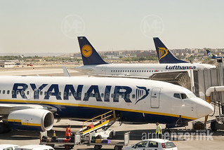 Lufthansa and Ryanair irplanes waiting at the airport in Madrid for the boarding of passengers | by Arno Enzerink