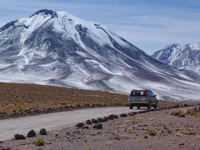 Coche dirigiéndose a las Lagunas altiplánicas (Chile)