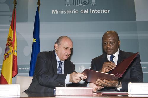 Los ministros del interior de espa a y costa de marfil jo for Ministerio del interior espana