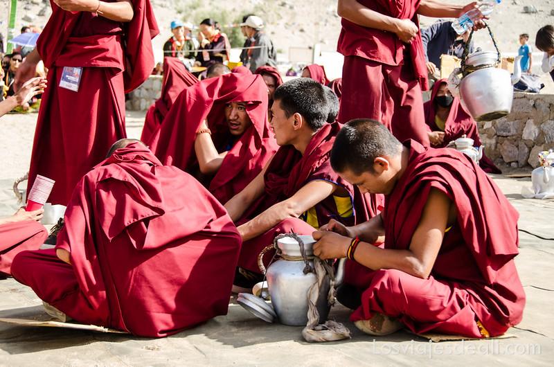 monjes jóvenes en una conferencia del Dalai Lama