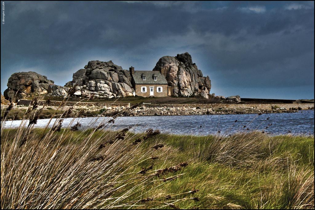 Castel meur la maison entre les rochers plougrescant flickr - Maison entre les rochers ...