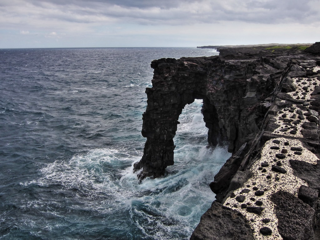 Sea arch | Arch formed by crashing waevs on the windy ...