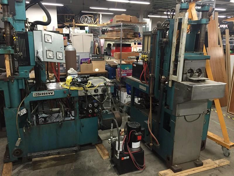 Blandade tunga maskiner. Maskinparken är omfattande, med bland annat plasmaskärare och laserskärare i enorm storlek. Det verkar pågå lika mycket underhåll som faktisk användning av viss utrustning.