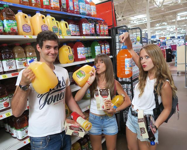 Cargados hasta arriba con cosas de supermercado en Estados Unidos