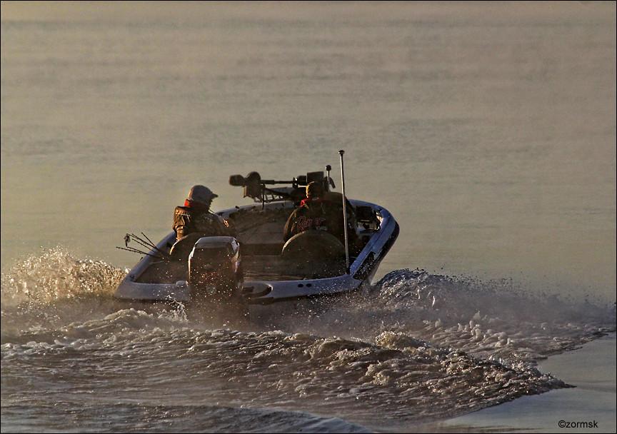 Heading out bass fishing 0024ba bass fishermen head for Lake dardanelle fishing report