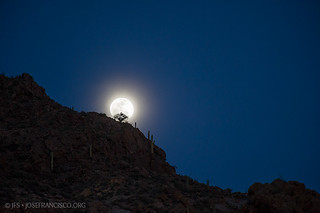 Moonrise over Tucson Mountains | by josefrancisco.salgado