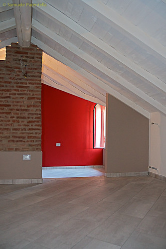 mansarda parete rossa soffitto legno bianco felice