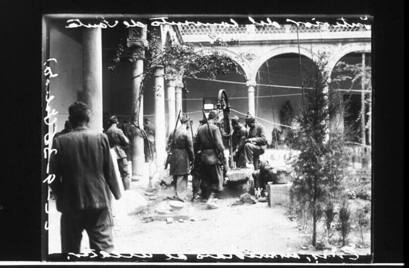 Milicianos en el Museo de Santa Cruz en septiembre de 1936. Fotografía de Santos Yubero © Archivo Regional de la Comunidad de Madrid, fondo fotográfico