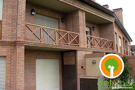Barandas balc n en cruz del arbol muebles de madera para for Tipos de toldos para balcones