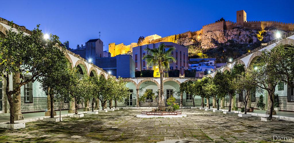 Patio de los naranjos con la alcazaba al fondo de la expo - Hotel los patios almeria ...