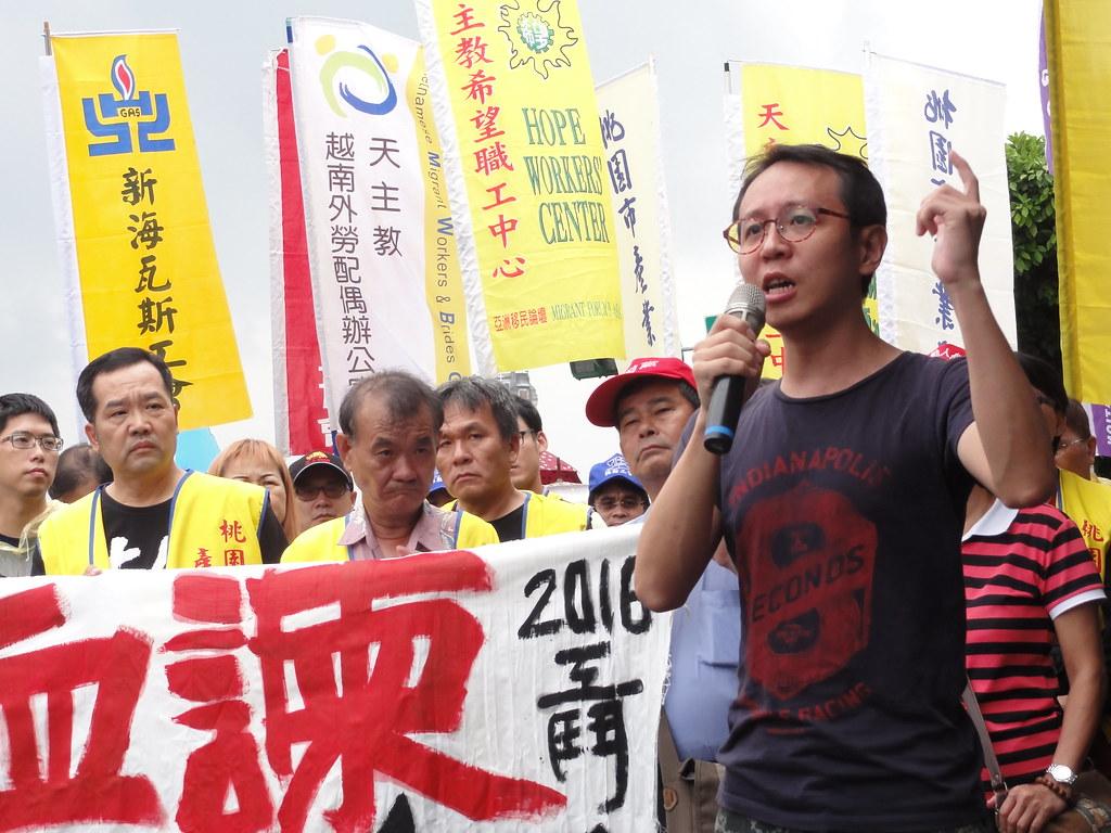 高教工會研究員陳柏謙表示,資本家能夠輕易地與蔡英文會談,但工人只剩下「血書」的最後手段,表達反對砍除七天假的訴求。(攝影:張智琦)