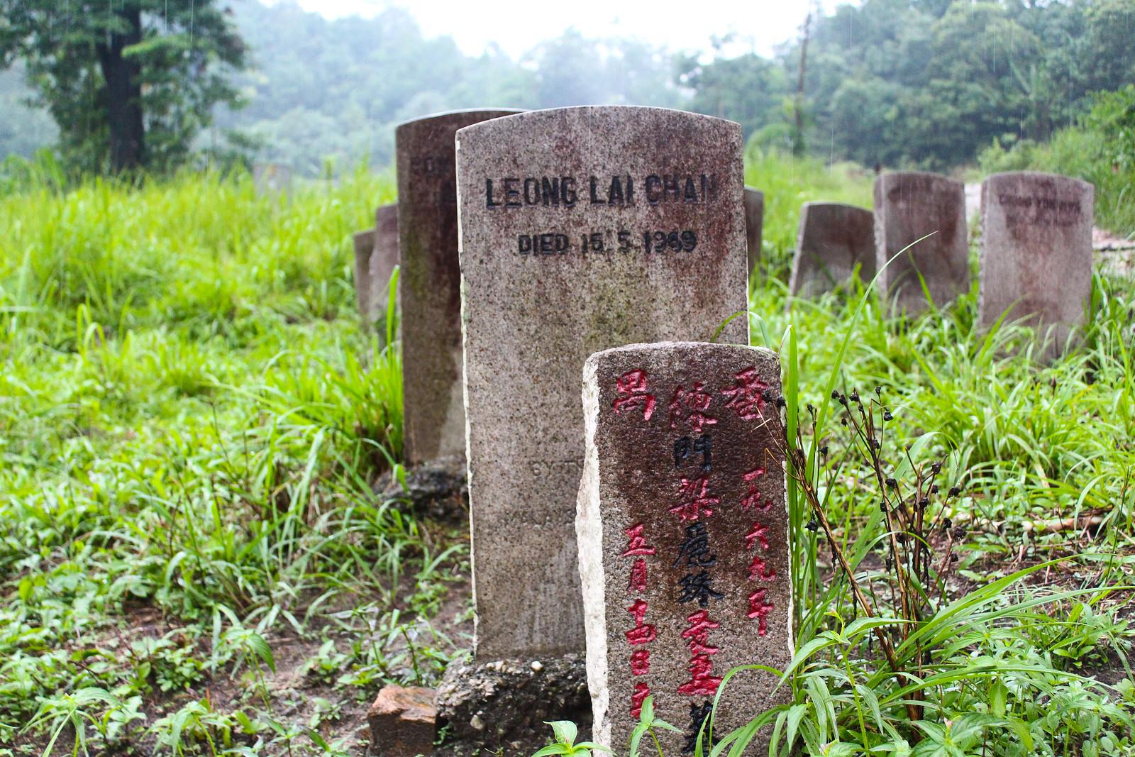 當年風聲鶴戾,下葬求快,刻的都是制式英語墓碑,後來偶有家人尋來,再立華語新碑,甚至修墓。(攝影:何欣潔)