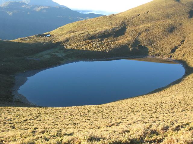 遊客量太大,曾讓嘉明湖環境惡化。圖片來源:本報資料照。