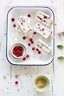 Helado de yogurt y frambuesas.  Ice pops with raspberries | by Food and Cook (Trotamundos)