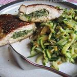 Schweinekotelett, gefüllt mit Zucchini-Kreuzkümmel-Salat