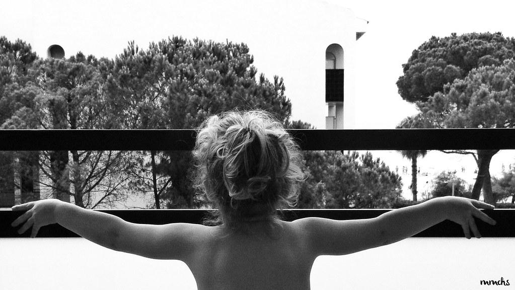 niña en blanco y negro