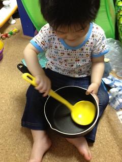 不要となった鍋とおたまがおもちゃになりました (2012/5/24)