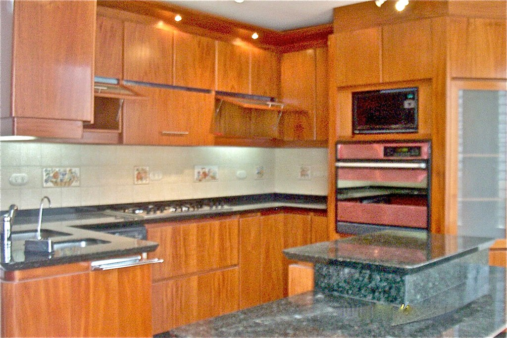 Cocina con isla central y pantry dise o t remodela http for Disenar cocinas 3d gratis