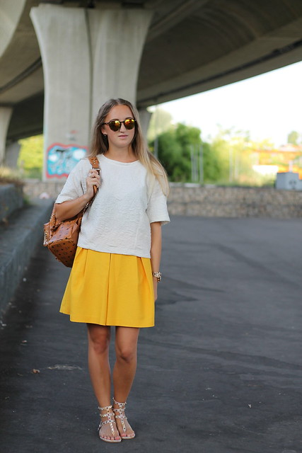 yellow-skirt-whole-look-front-wmbg