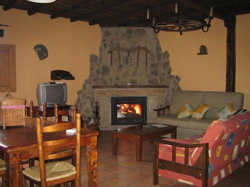 Salon con chimenea clubrural flickr - Chimeneas de ladrillo visto ...