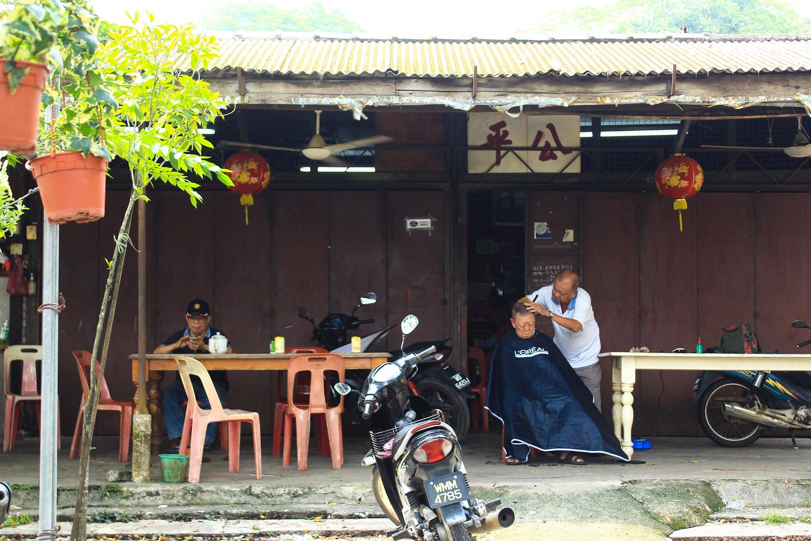 公平咖啡館不只賣咖啡茶水提供社交空間,同時也是院民打理門面的理髮去處。(攝影:何欣潔)