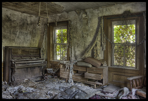 Lifeless Living Room | Abandoned house in rural Ontario