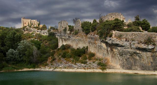 Saint-Saturnin-les-Apt. La colline du château