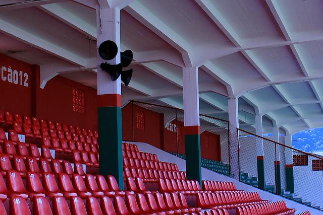 Cadeiras cobertas das arquibancadas sociais do estádio Ulrico Mursa