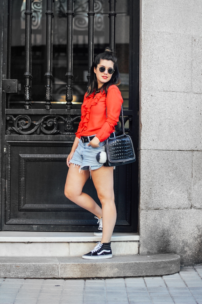 combinar vans old skool con shorts vintage y blusa roja de la pipa de la paz
