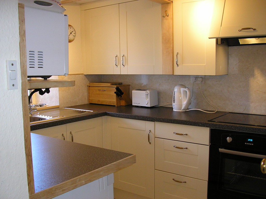 English Hob Kitchen ~ Well appointed facilities kitchen with ceramic hob oven