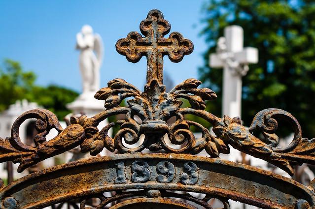 Rusted metal gate, Cemeterio de Colon