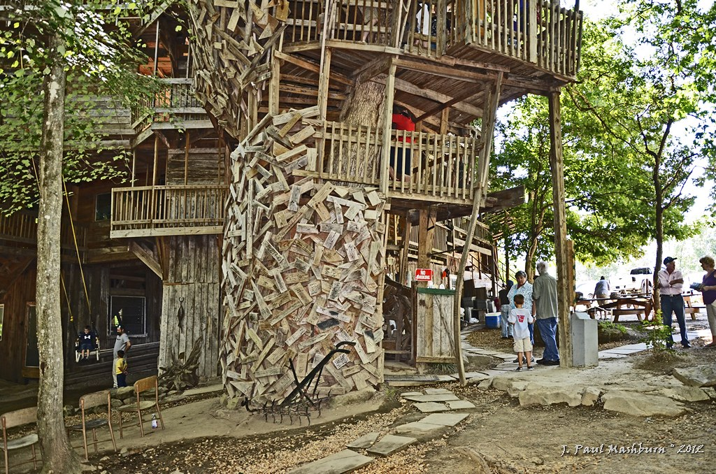 World 39 s tallest tree house the world 39 s largest tree - Biggest treehouse in the world ...