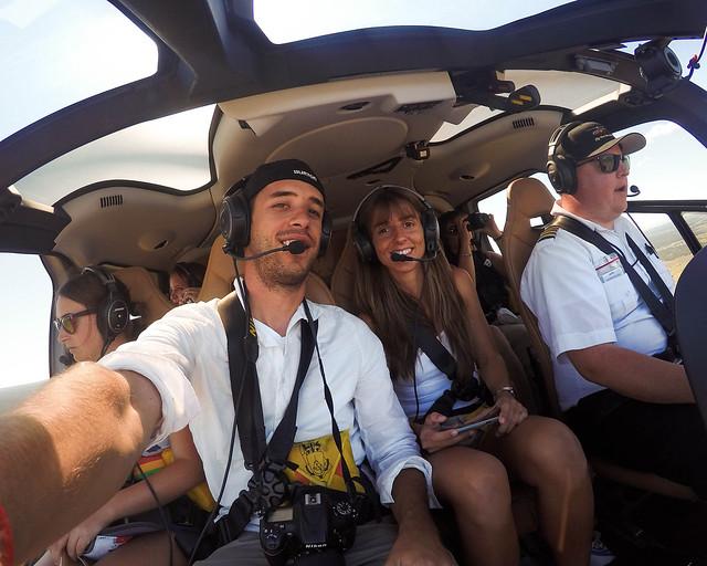 En helicóptero sobrevolando el Gran Cañón