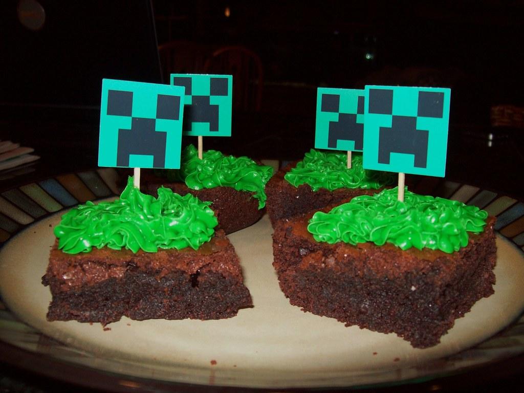 Minecraft Grass Block Creeper Cakes Minecraft Party Suppli Flickr
