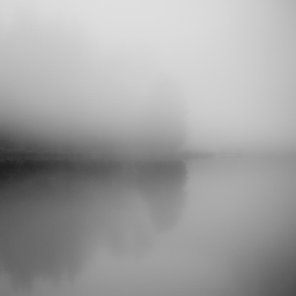 Dans le lac tranquille reflet de brume miroir d 39 auto for Reflet dans le miroir