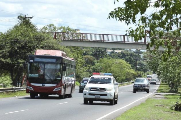 En la Av. Leopoldo Sucre Figarella, en Ciudad Guayana, asaltantes colocan obstáculos para robar vehículos