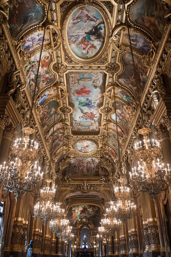 Grand Foyer En Español : Le plafond du grand foyer ornées d un vase en porcelaine