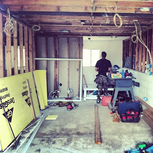 The living room and kitchen renovation hawaii home con for Half garage half man cave