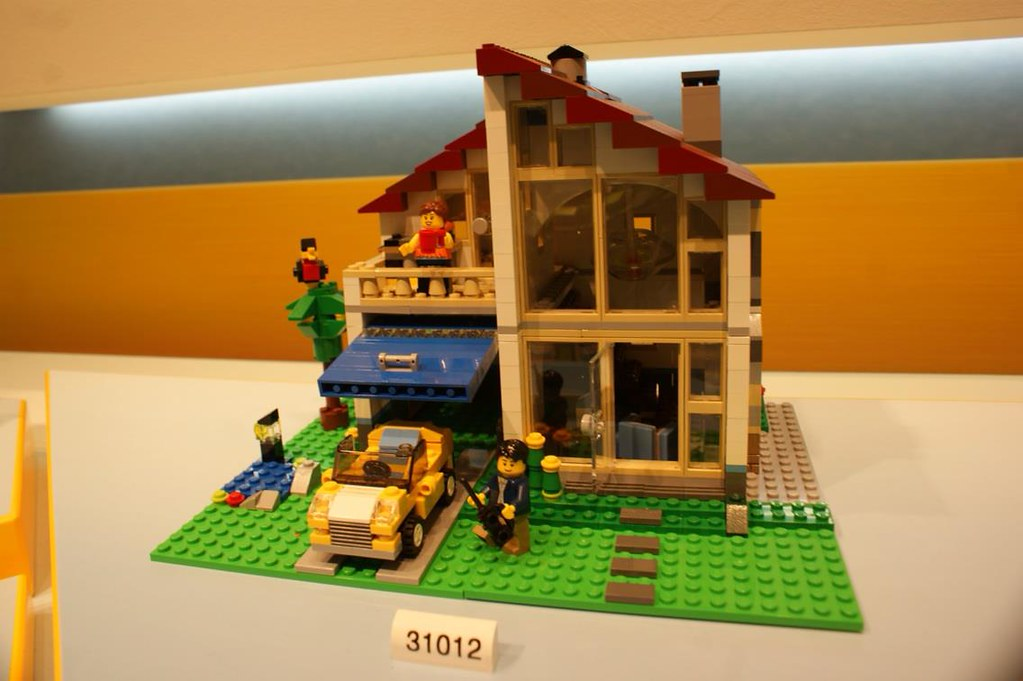 Lego creator 31012 family house first photos of the for The family house