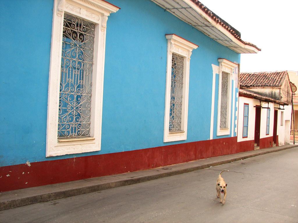 El azul celeste colonial es un color muy usado en las casa - Casas de color azul ...