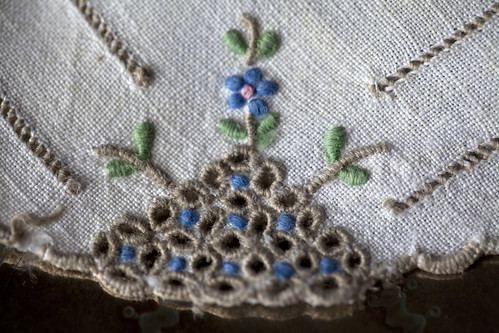 Detail of beautiful stitches inspired by Madeira embroidery | by Agulha Não Pica