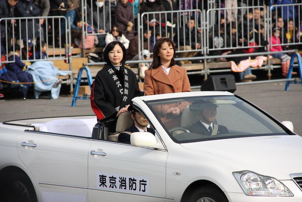祝賀パレードに参加する麻木久仁子