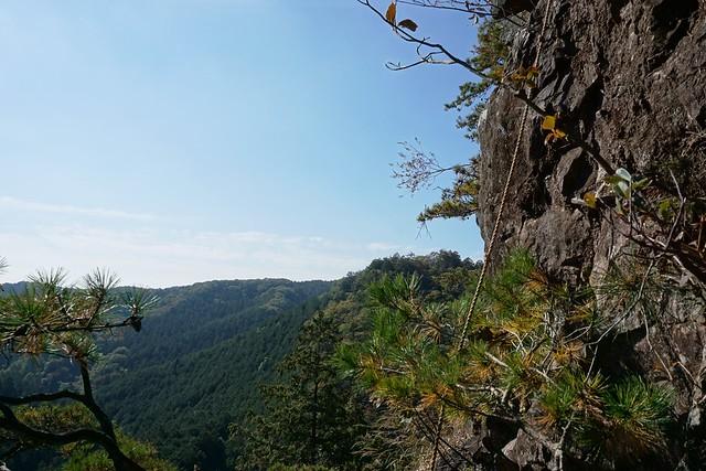 古賀志山 断崖絶壁に垂らされたロープ